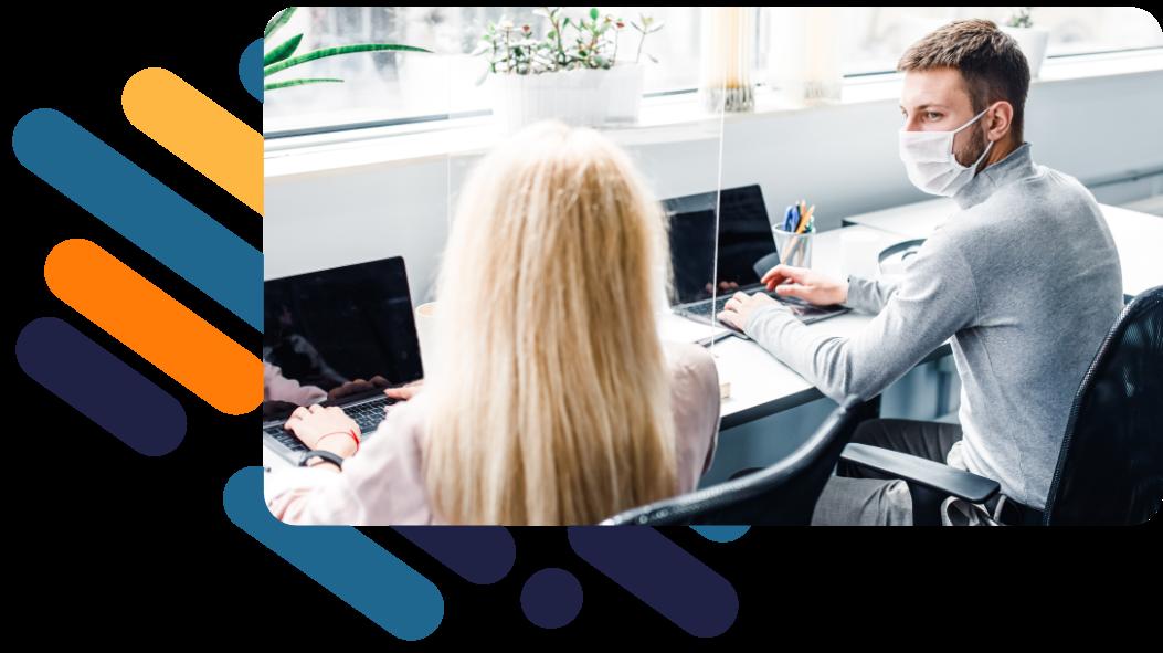 Ein Mann und eine Frau sitzen an einem karriere tutor®-Standort jeweils vor einem Laptop und lernen