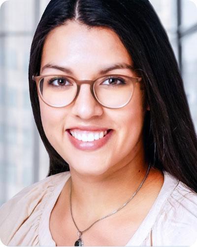 Viviana Reyes-Cuevas ist deine Ansprechpartnerin bei Fragen rund um die Bewerbung.
