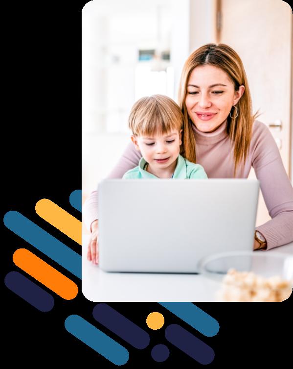 Eine lächelnde Frau schaut im Homeoffice zusammen mit einem Kind auf einen Laptop.