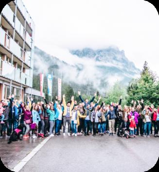 Gruppenfoto der Belegschaft von karriere tutor® vor einem Hotel anlässlich des Sommerevents 2019