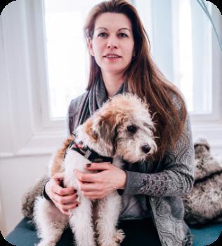 Andrea Herbig von der Karriereberatung mit ihrem Hund im Homeoffice.
