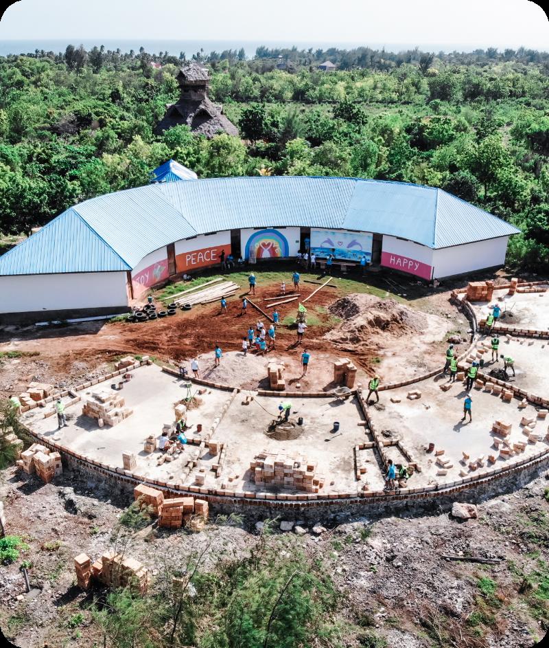 Ein Schulgebäude der CR HOPE Foundation auf Sansibar – direkt daneben Neubau weiterer Klassenräume.
